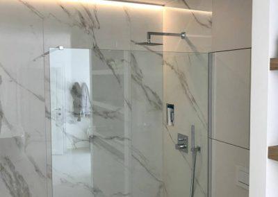 Douche in XL wandtegels vor badkamer