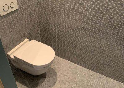 Toilet uitbekleden in mozaïek
