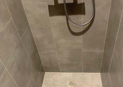 Douche gemaakt met keramische tegels