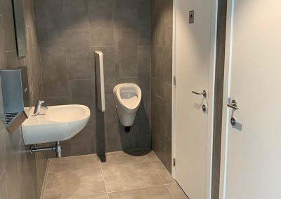 Sanitaire ruimte grijze keramische tegels 30x60 60x60
