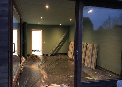Houten bijgebouw vloeren met parketstroken en berging in 30x30